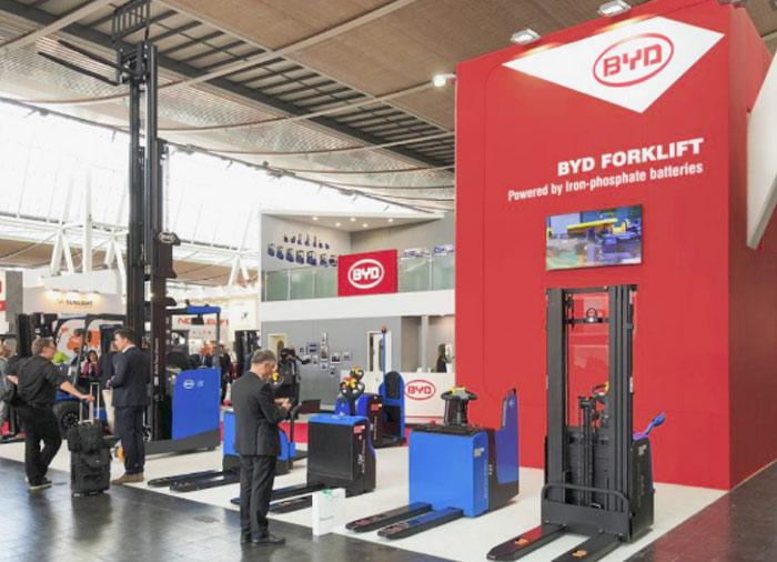 Montacargas eléctricos BYD en exhibición en Alemania